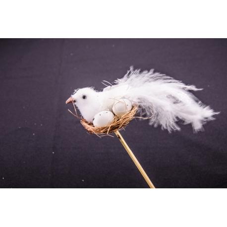 Птичка в гнезде на палочке